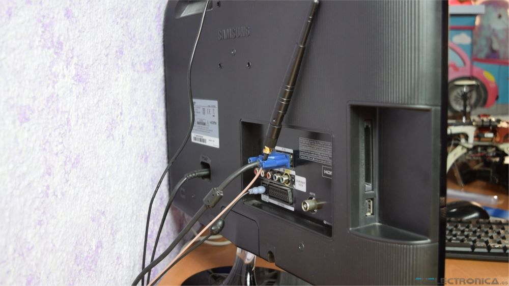 antena wifi detrás del monitor
